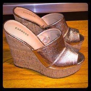 NWOT.Express cork wedge and gold 🐍 embossed shoes